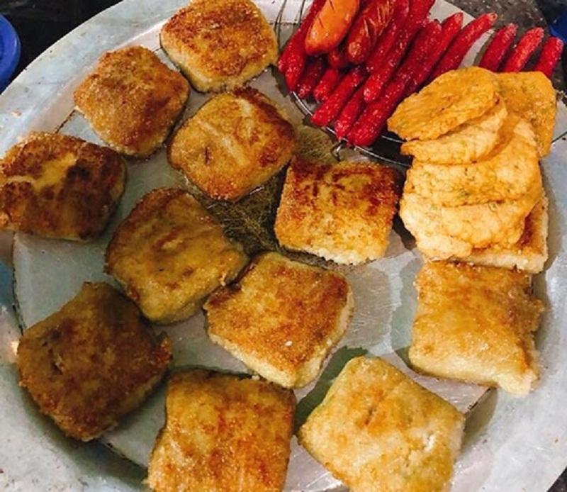 Bên cạnh bánh chưng nóng hổi là hàng loạt các loại ăn kèm như chả cốm, giò, xúc xích, lạp xưởng