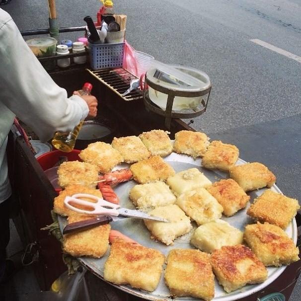 Những chiếc bánh được xếp đầy kín trên mâm
