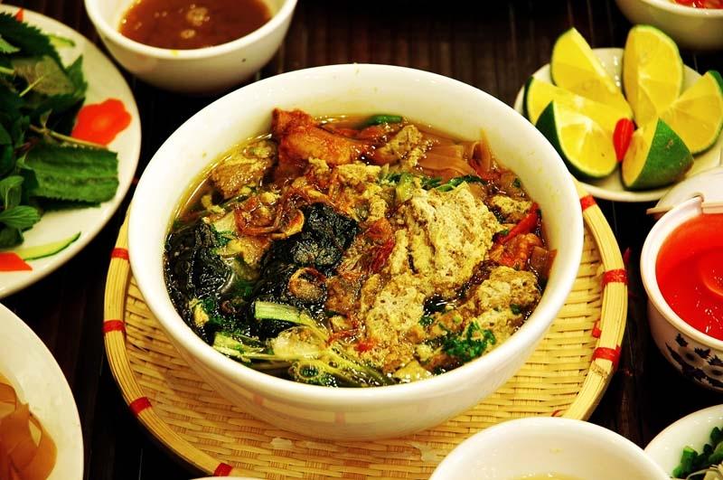 Quán Huyền Trang nổi tiếng với bánh đa cua ngon, quán còn có món bún cá cũng rất ngon