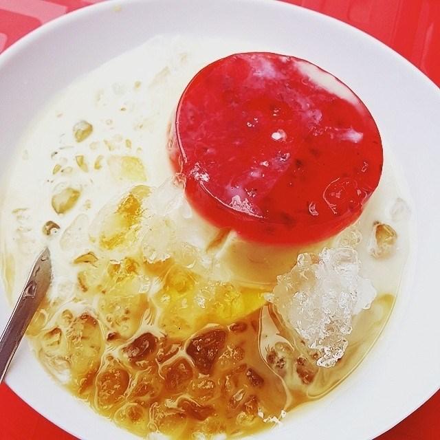 Tại đây bánh flan có nhiều vị mới lạ, đặc biệt được khuyến khích dùng thử là món đậu hũ Singapore, và bánh flan phô mai.