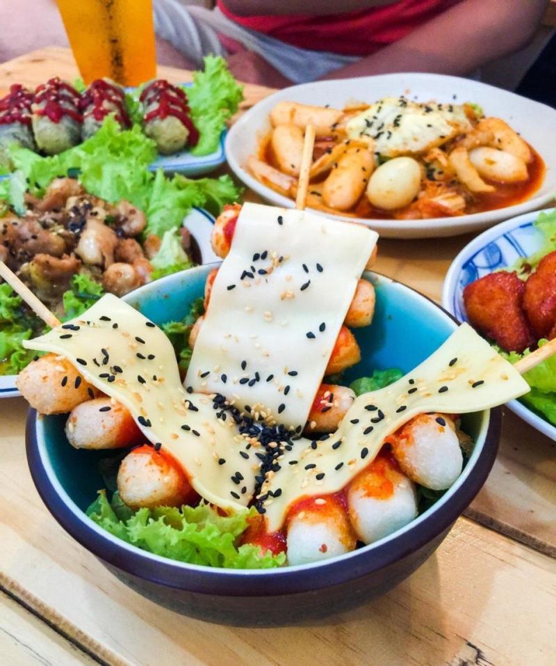 Bánh gạo Tokpokki phủ phô mai (40.000 đồng)