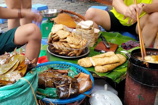Quán bánh giò Chợ Hôm chỉ gồm vài chiếc thúng