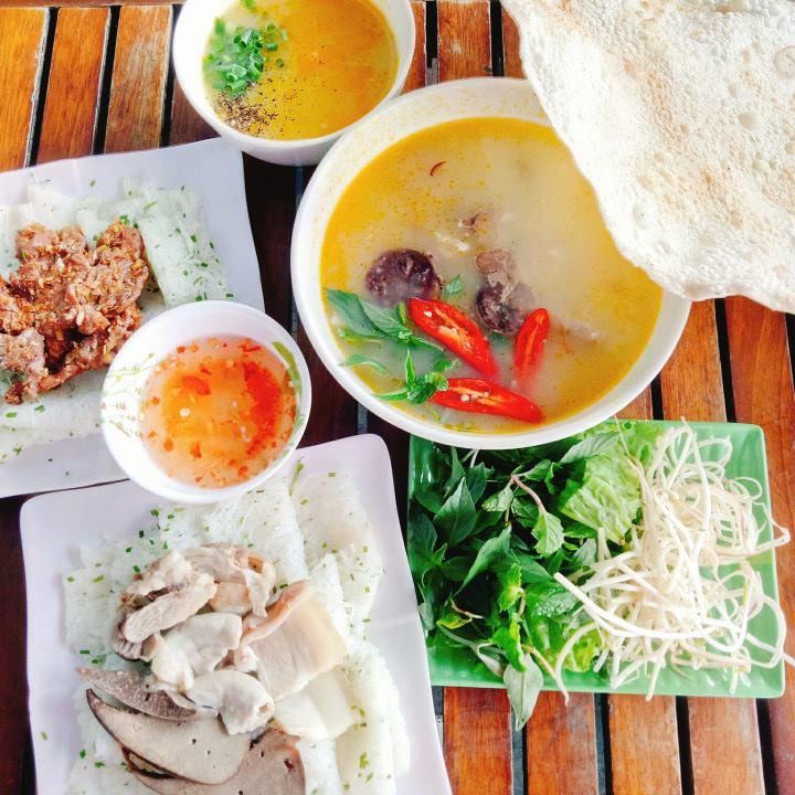 Phần ăn hoàn chỉnh bao gồm cả bánh hỏi lòng heo và thịt nướng, kèm với đó là cháo lòng và rau, còn có bánh tráng đặc sản miền Trung