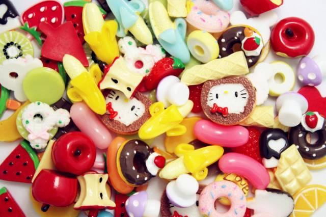 Bánh kẹo giả thường có màu sắc sặc sỡ