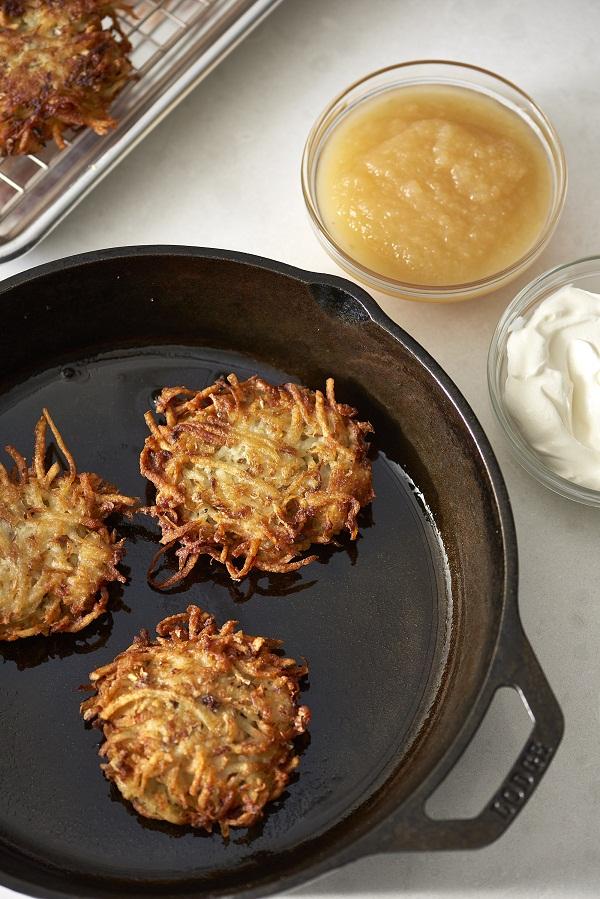 Bánh Latkes hiện nay có rất nhiều biến thể không giống nhau, tuy nhiên phổ biến nhất vẫn là sử dụng khoai tây