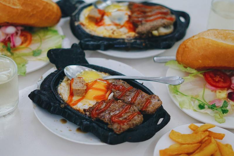 Một phần bò bít tết đầy đủ khá đầy đặn, đảm bảo sẽ khiến bạn no căng bụng