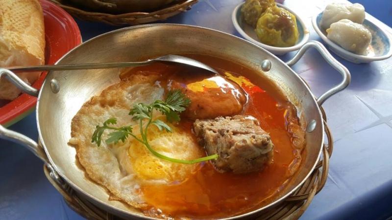Một phần bánh mì chảo gồm trứng ốp la, pate, xíu mại