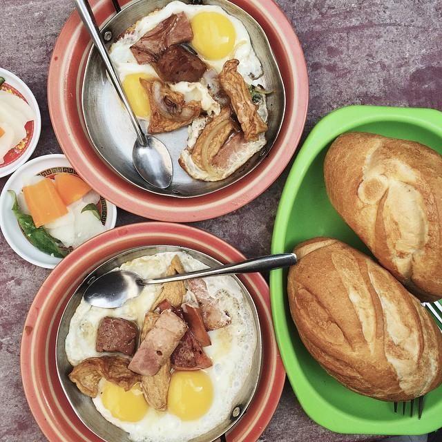 Bánh mỳ Hòa Mã được bày trong chảo nhỏ