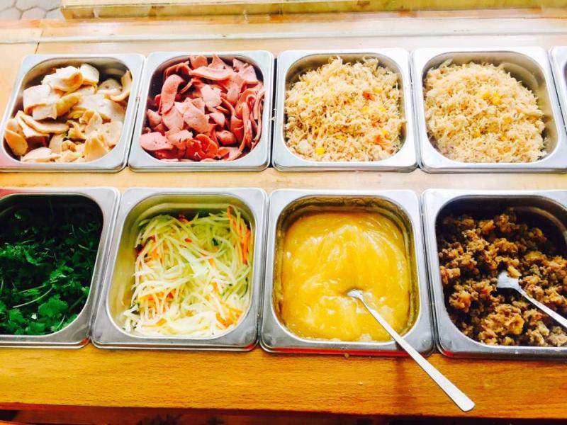 Các loại topping và đặc biệt sốt bơ mang đặc trưng của cửa hàng.
