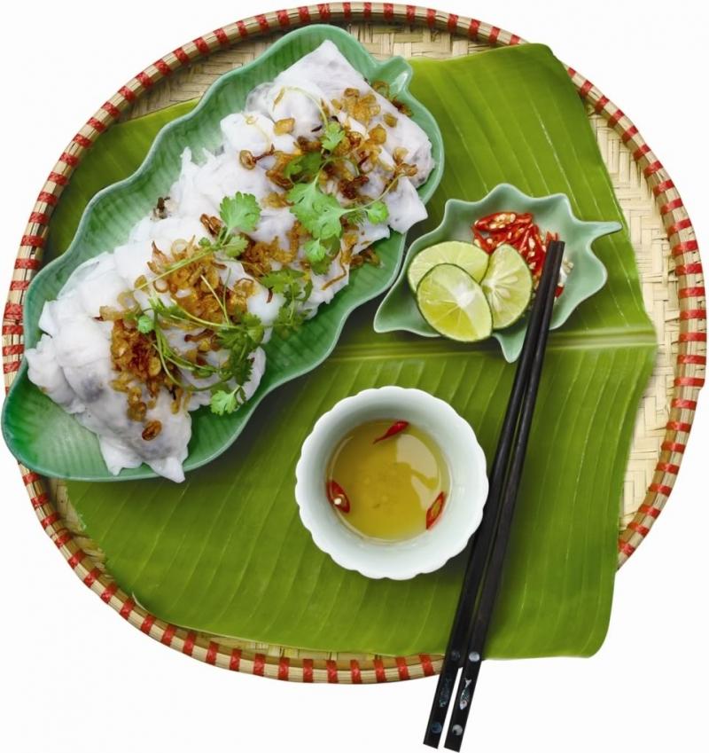Bánh mướt nóng hổi được bày ra dĩa, phủ bên trên là một lớp hành phi vàng thơm phức