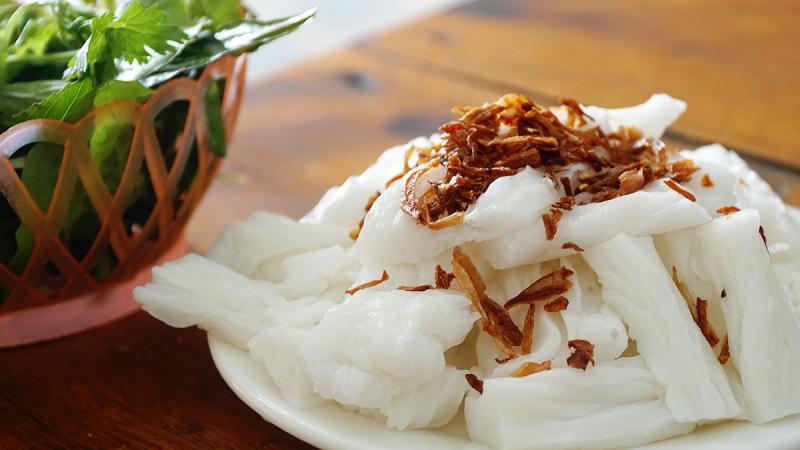 Bánh mướt dễ ăn, chỉ cần ăn kèm một chén nước mắm vắt chanh với ớt tươi xắt lát cũng đã thấy ngon miệng.