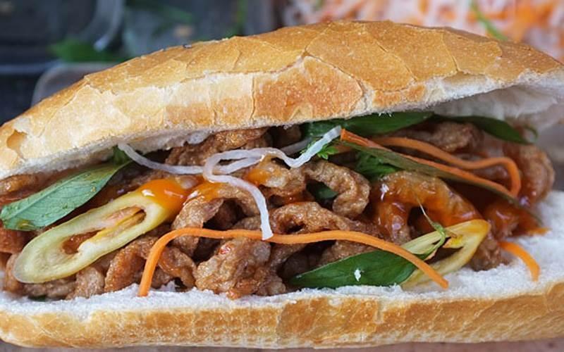 Bánh mỳ 80 gian cổng cấp 3 trường Tân trào