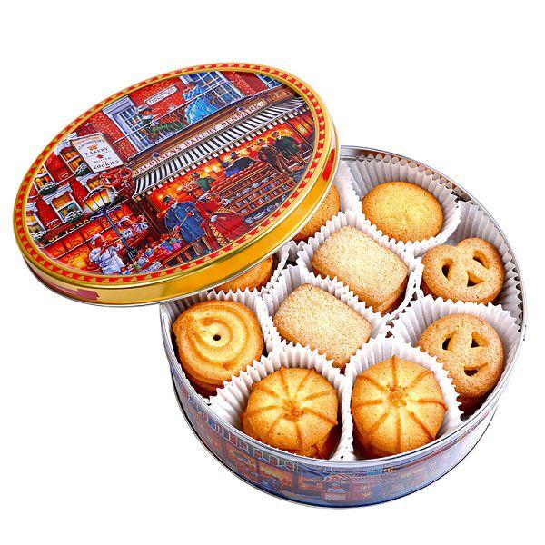 Bánh được xếp gọn gàng, ngay ngắn trong hộp thiếc tròn càng tạo nên vẻ sang trọng.