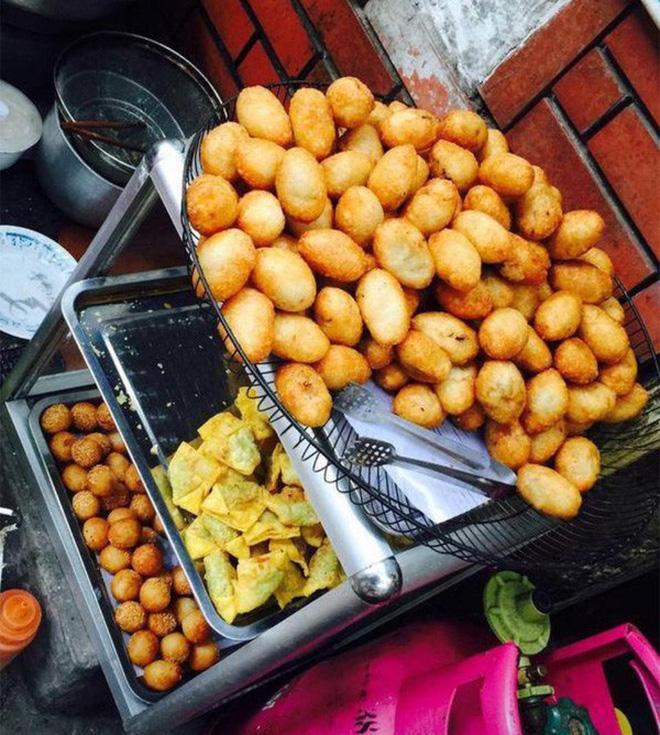 Sức hút của bánh rán 83 Vĩnh Hồ nằm ở lớp da bánh giòn, không quá dày, bánh được rán rất đều nên không hề bị cứng.
