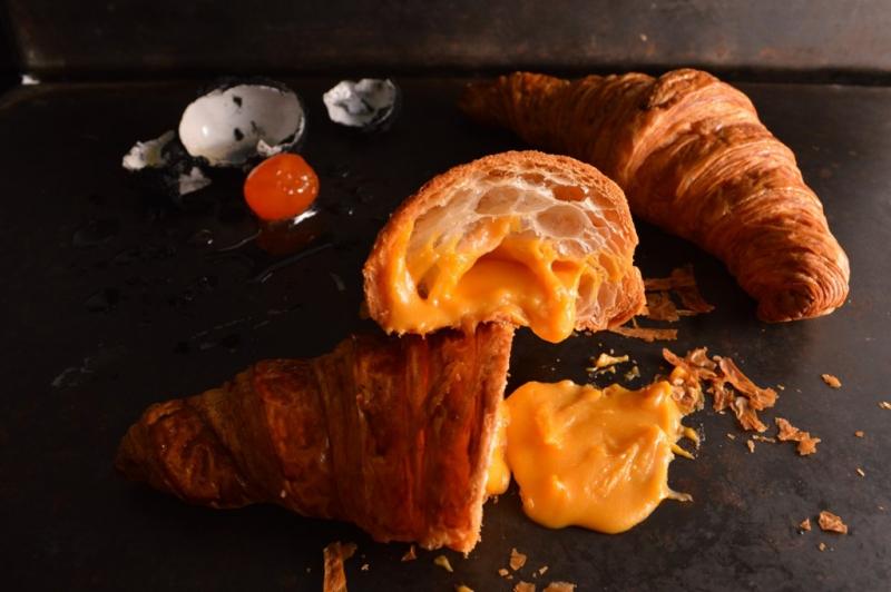 Bánh sừng trâu trứng muối có mùi vị na ná như bánh bao kim sa nhưng thường được chế biến bằng cách nướng