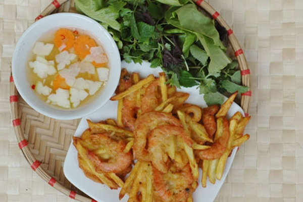 Bánh tôm Hồ Tây là một trong những món ăn nổi tiếng của Hà Nội