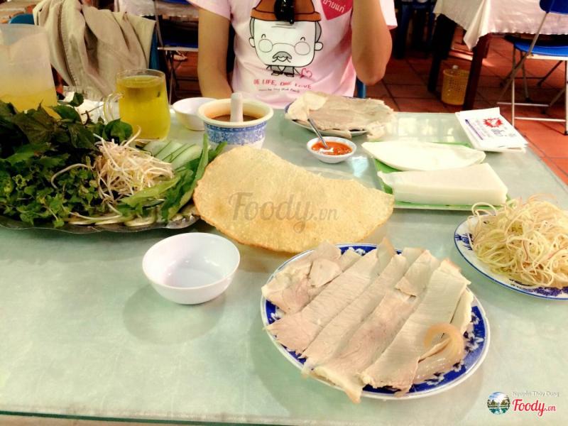 Ngay giữa trung tâm thành phố Đà nẵng, quán nổi bật với cách bài trí gần gũi với thiên nhiên mà không kém phần sang trọng. Đặc điểm này đã trở thành thương hiệu của quán bà Hường.