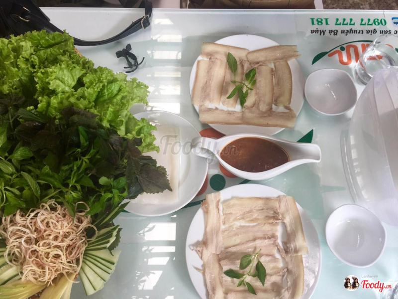 Bánh tráng cuốn thịt heo tại Quán Bà Mua có hương vị thật giản dị nhưng để lại bao nhiêu nhớ thương cho những ai có cơ hội nếm thử một lần.