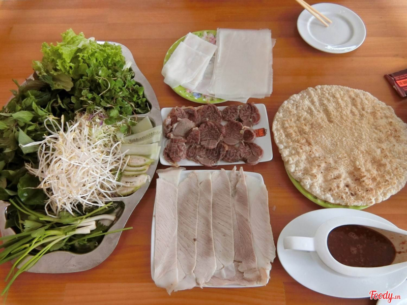 Một suất bánh cuốn đầy đủ sẽ bao gồm thịt heo luộc, một đĩa rau sống siêu đầy đủ, bánh tráng và mắm nêm.