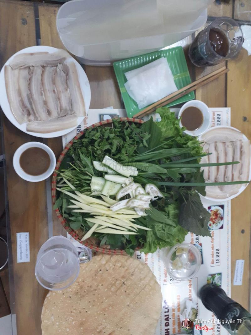 Nằm ngay trên con phố Nguyễn Hoàng đông đúc, biết bao thực khách ghi nhớ địa chỉ này và quay lại nhiều lần để thưởng thức món bánh tráng cuốn thịt heo hấp dẫn.