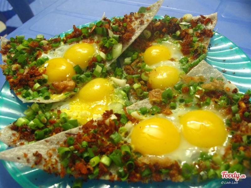 Bánh tráng kẹp với hương vị trứng cút thơm nức.