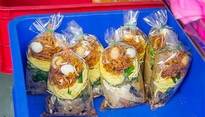 Bánh tráng trộn Bà Huyện Thanh Quan