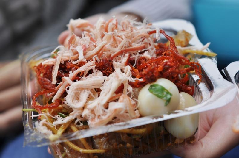 Món bánh tráng trộn đủ vị, đầy đặn ở Tạ Quang Bửu