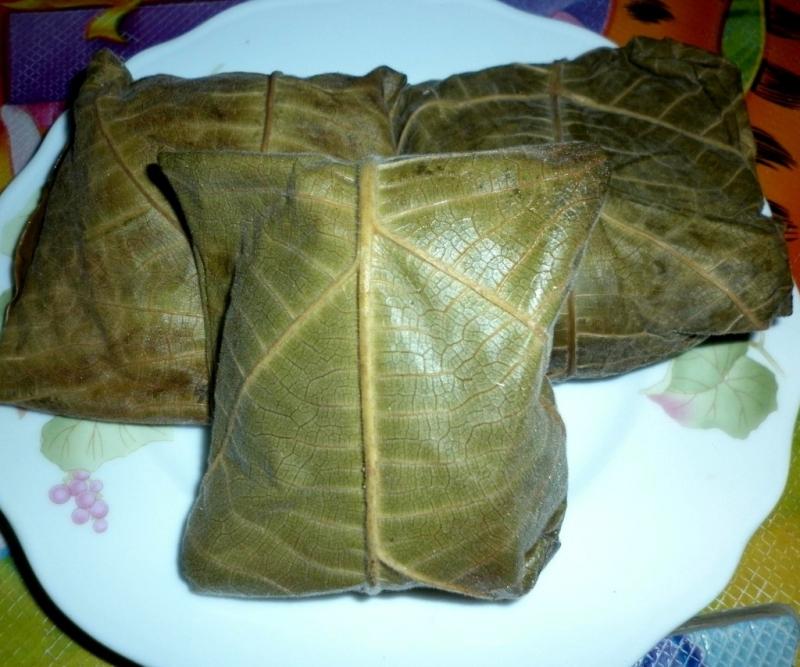 Những chiếc bánh trứng kiến được gói bằng lá vả