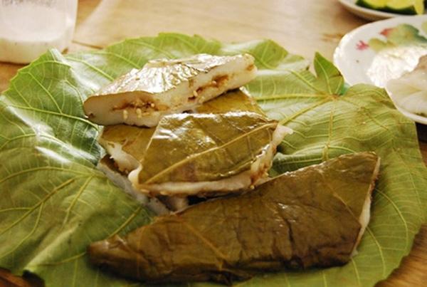 Bánh trứng kiến được làm từ trứng kiến đen, bột nếp và lá non của cây vả