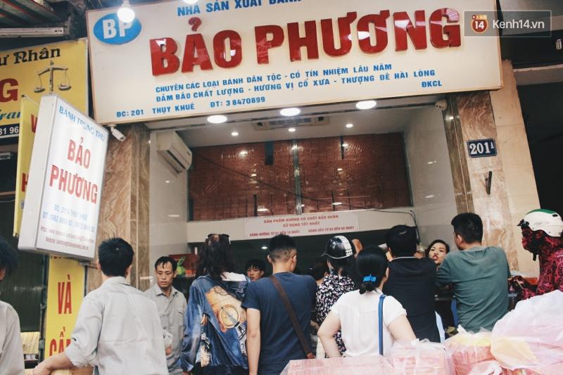 Khách mua hàng tại Bảo Phương