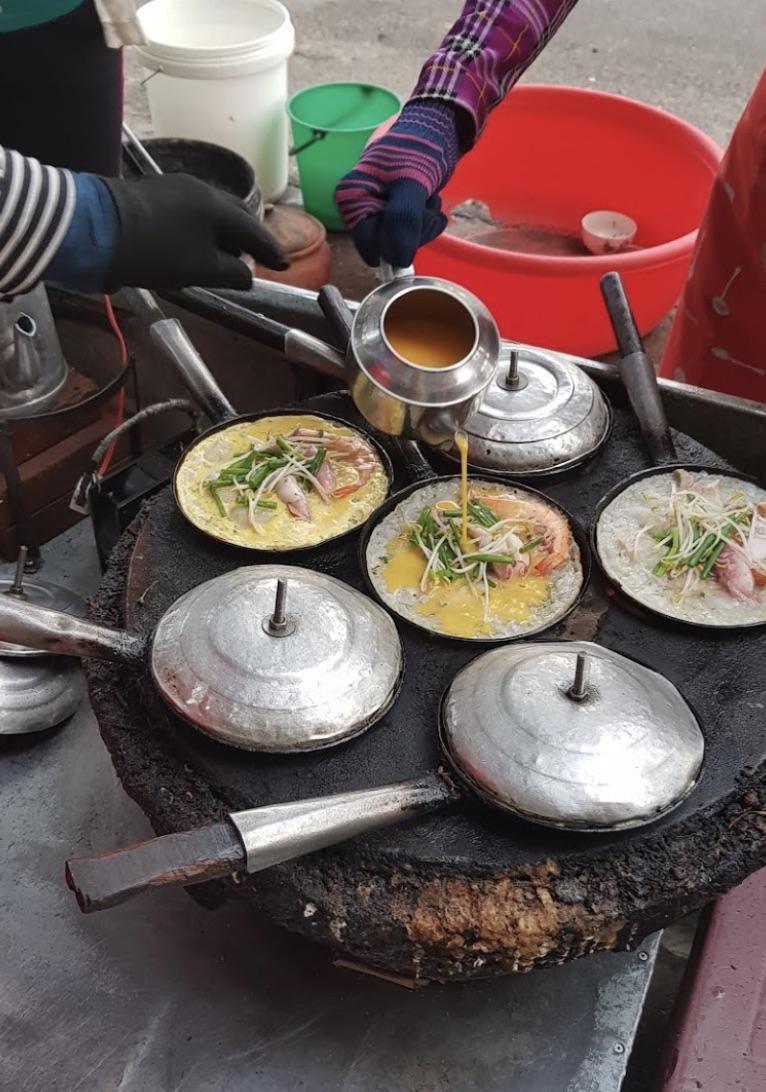 Những chiếc bánh xèo thơm lừng chuẩn bị được mang lên cho thực khách tại quán bánh xèo 303 - Lê Duẩn
