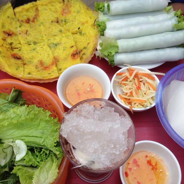 Nước mắm của quán chua chua cay cay ăn rất bắt vị, kết hợp cùng rau và bánh thì càng tăng độ ngon.