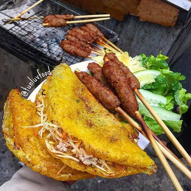 Phần nem lụi khá to, ngọt thịt, thịt thơm và mềm, với sức hấp dẫn này, một người phải ăn 4 - 5 xiên mới đã cơn thèm