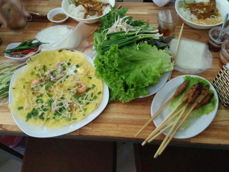 Bánh xèo Nhung ăn kèm nem lụi và rau sống