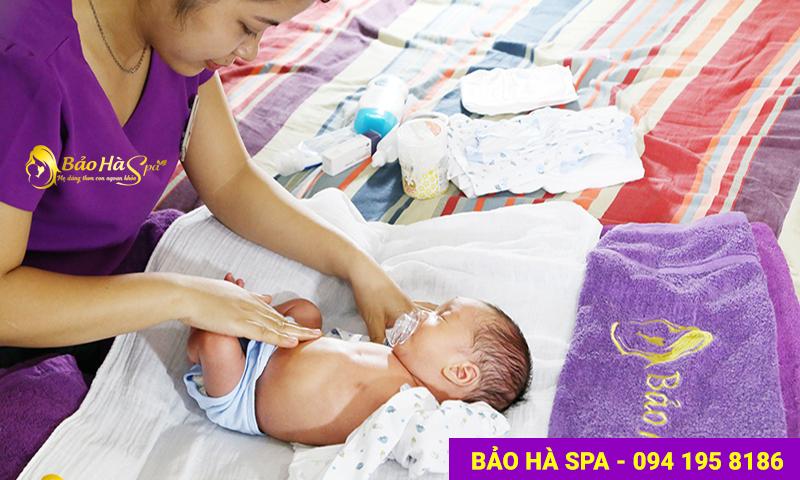 Bé được mặc quần áo cho bé và bôi tinh dầu tràm để giữ ấm cơ thể.