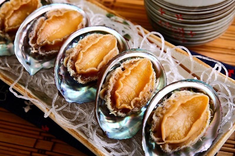 """Bào ngư thuộc loại hải sản quý, là một trong tám món ăn tuyệt phẩm gọi là """"bát trân"""" thường xuất hiện trong các bữa ăn vương giả."""