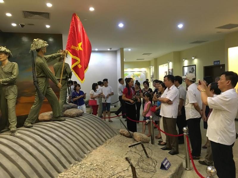 Nghe thuyết minh trong Bảo tàng chiến thắng Điện Biên Phủ