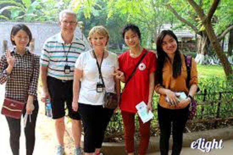 Cùng khách nước ngoài nói về văn hóa Việt