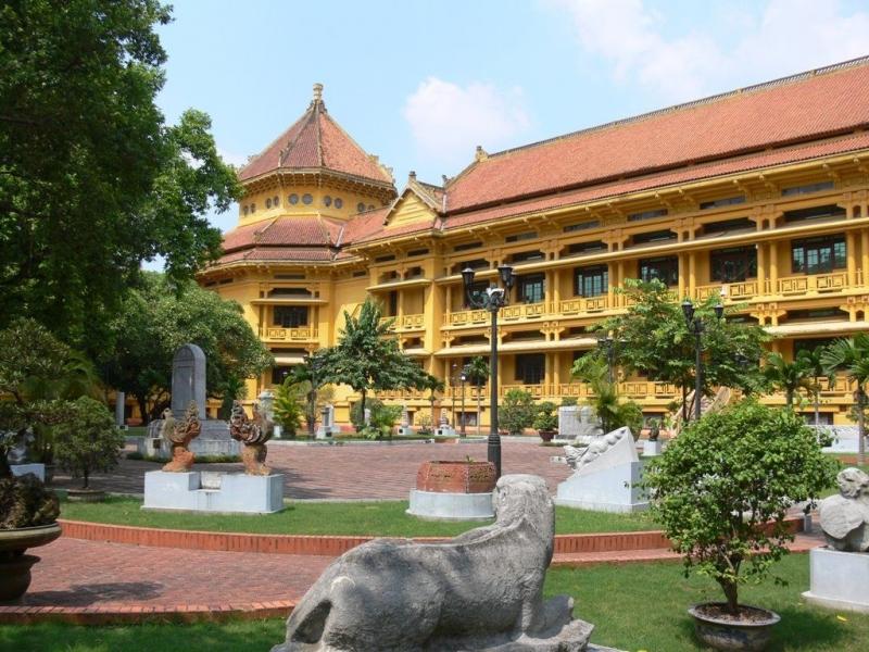 Khuôn viên bên ngoài Bảo tàng Lịch sử Việt Nam (Hà Nội)