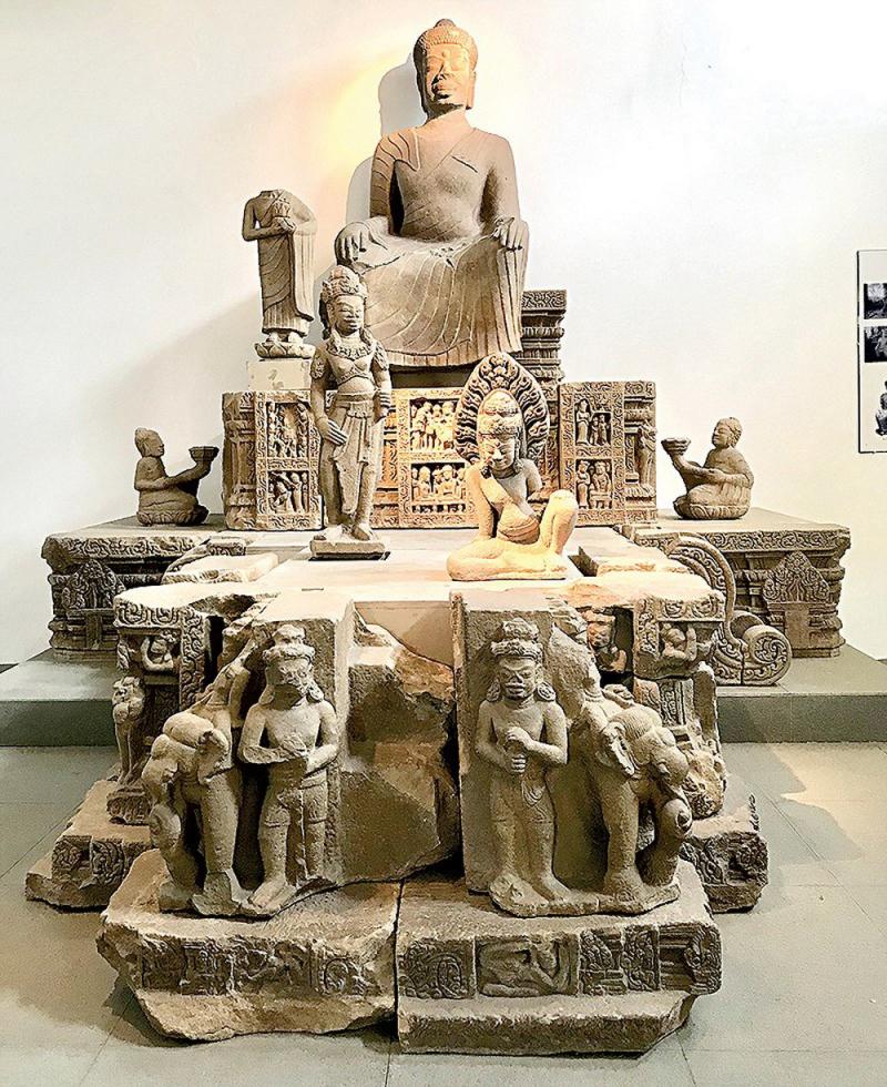 Những bức tượng được trạm trổ tỉ mỉ