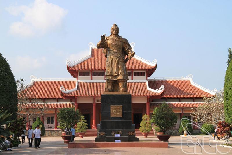 Tượng đài hoàng đế Quang Trung.
