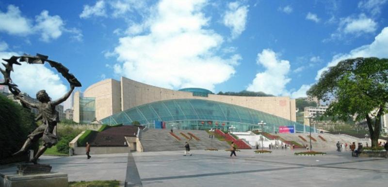 Mặt ngoài của bảo tàng Tam Hiệp có những bức tường dốc và trên một mái vòm rất lớn
