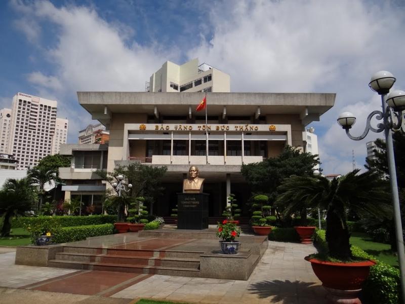 Tượng đài Chủ tịch Tôn Đức Thắng bên ngoài cửa chính Bảo tàng