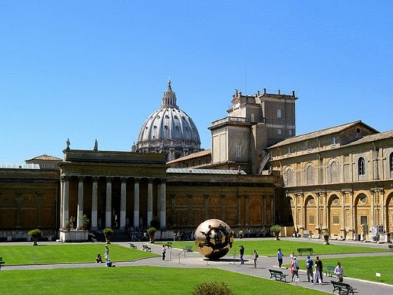 Bên ngoài bảo tàng Vatican