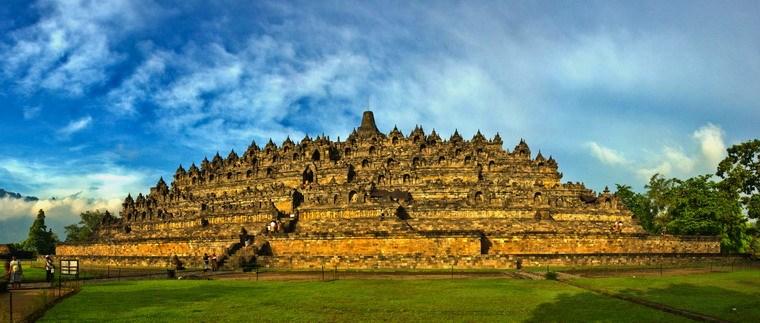 Bảo tháp Borobudur nằm ở ngay trung tâm Java