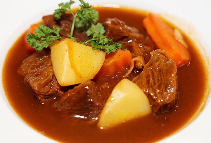 Bắp bò hầm khoai tây, một món ăn giúp lợi sữa và bổ sung nguồn dinh dưỡng dồi dào để nuôi trẻ.