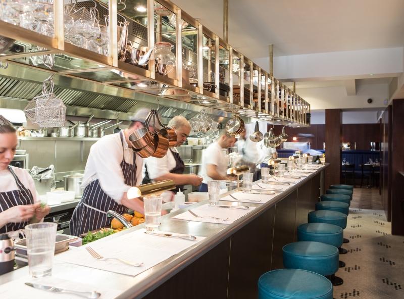 Thực khách có thể quan sát toàn bộ quá trình chế biến món ăn và trò chuyện cùng các đầu bếp của Barrafina