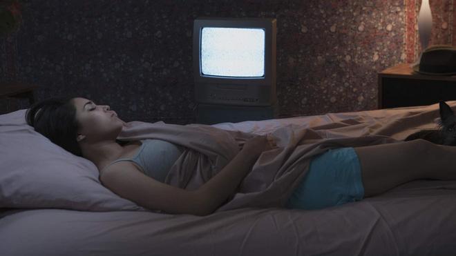Không bật tivi khi ngủ