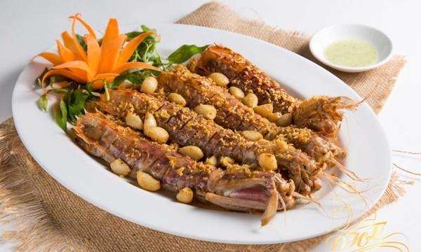 Bề bề cũng là món hải sản mà bạn không nên bỏ qua khi đến Cô Tô. Loại tôm này dai, chắc thịt và rất ngọt, nướng, hấp, rang muối, rang me đều hấp dẫn.