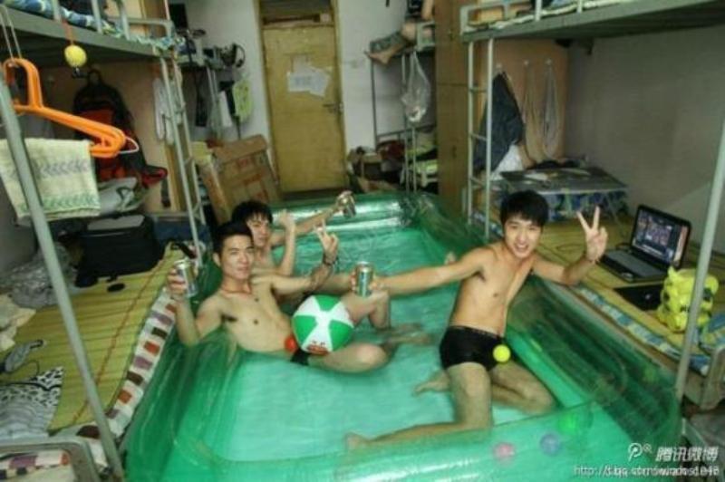 Đây là cách mà sinh viên tạo ra bề bơi ngay tại kí túc xá của trường